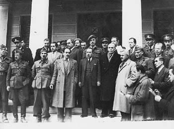 12 Φλεβάρη 1945. Οι αντιπροσωπείες του ΕΑΜ και της κυβ�ρνησης αμ�σως μετά την υπογραφή της Συμφωνίας της Βάρκιζας