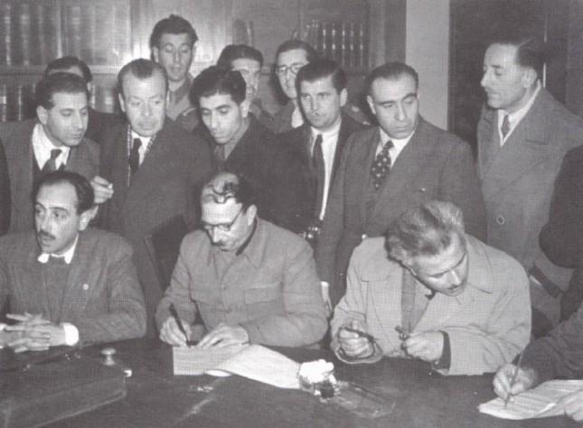 12/2/1945 Οι Ηλίας Τσιριμώκος - Γιώργης Σιάντος και Μήτσος Παρτσαλίδης υπογράφουν τη συμφωνία της Βάρκιζας.