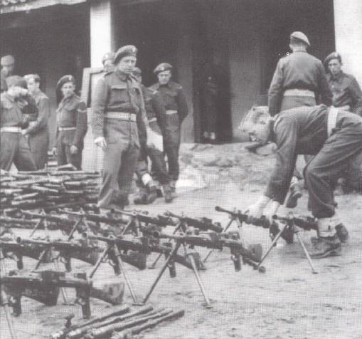 Παράδοση μ�ρους του οπλισμού των Ελασιτών.